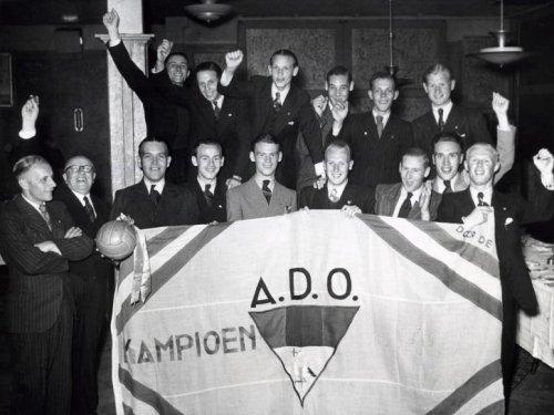 Voetbal ADO. De ADO supporters hebben hun landskampioen een kampioensvlag aangeb…