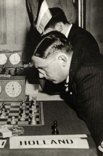 Dr. Max Euwe tijdens een schaakwedstrijd in 1937. Plaats onbekend.