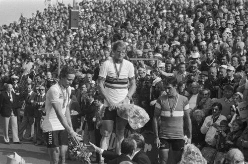 Heren profs; wereldkampioen Jan Raas tijdens de huldiging, links Dietrich Thurau…