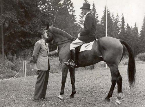 """Paardensport. Prins Bernhard spreekt met ruiter Wiel Hendrickx op het paard """"Pat…"""