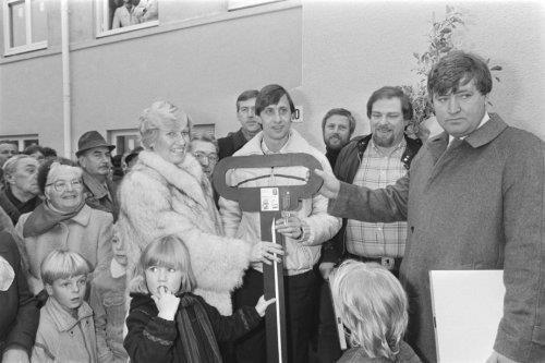 Johan Cruyff overhandigt sleutel aan familie Heeremans voor de eerste gerenoveer…