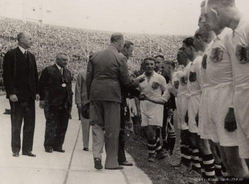 De spelers van het Nederlands elftal worden door official Karel Lotsy en aanvoer…