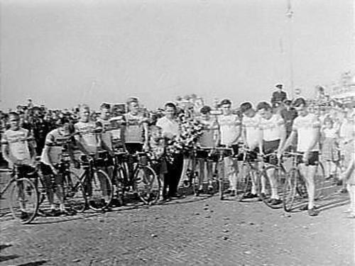 Bloemencorso in Den Haag met Tour de France ploeg op fiets