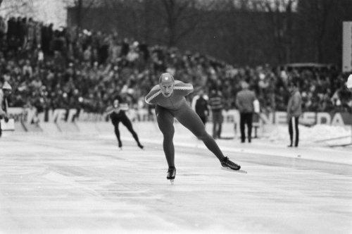 De Noor Amund Sjøbrend in actie op de 10000 meter tegen Hilbert van der Duim