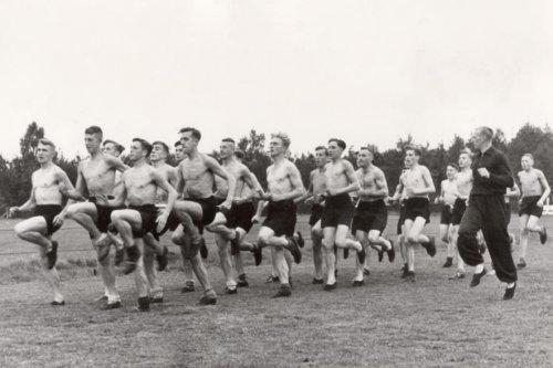 Sport tijdens de Tweede Wereldoorlog, atletiek. Atleet en NSB-er Tinus Osendarp …