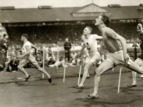 Athletiek.Chris Berger (links) wint op 5 juli 1930 in Stamford Bridge (Engeland)…