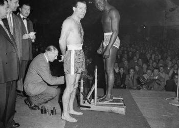 Bokser Bep van Klaveren en Idrissa Dione uit Frankrijk op 28 november 1955 op de weegschaal